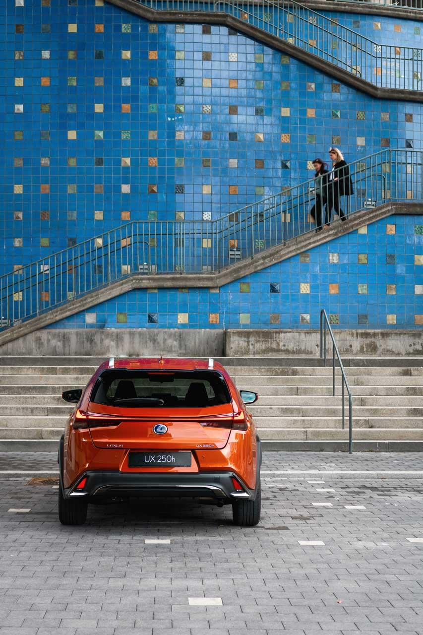 UX 250h montré en Orange cadmium