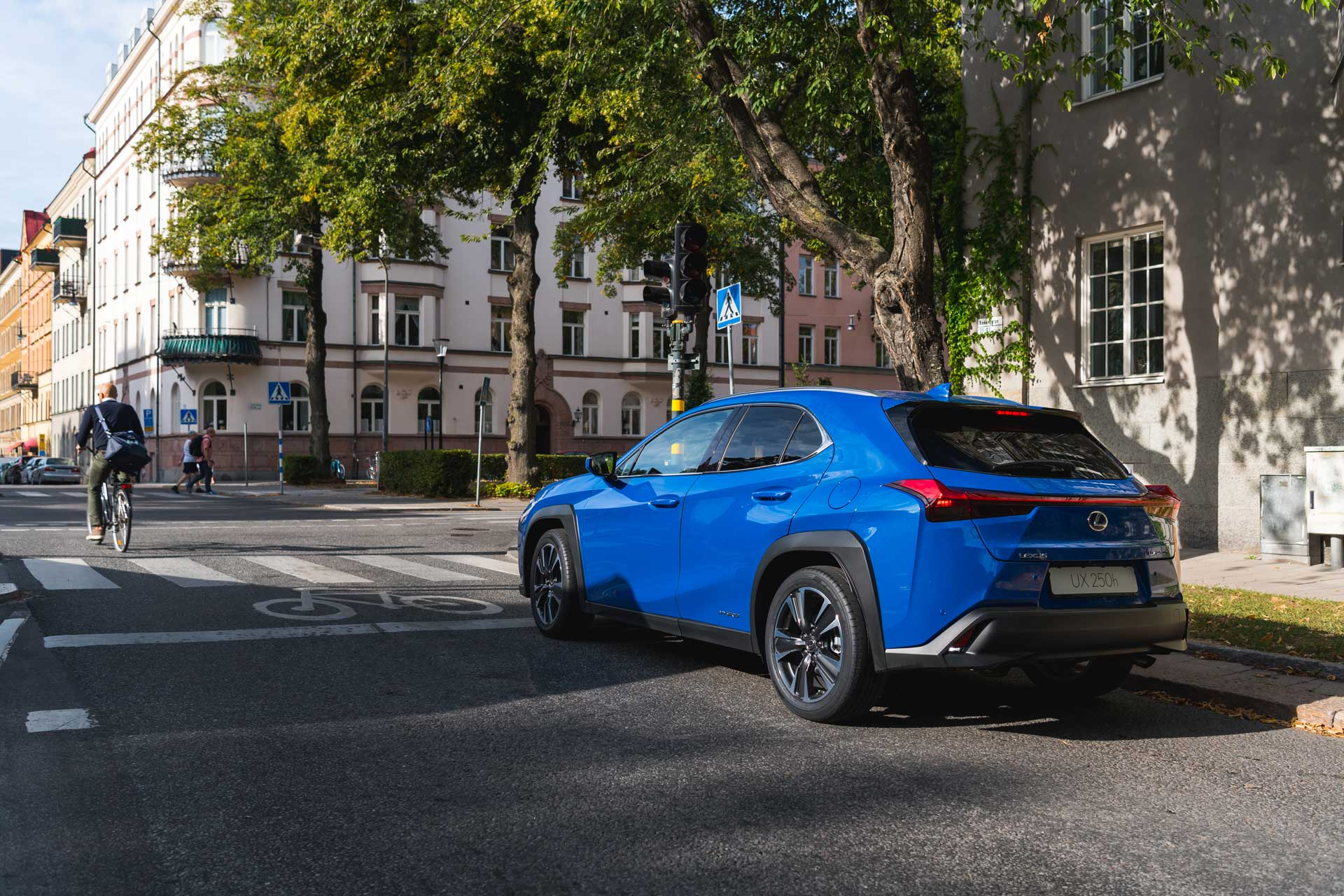 UX 200h montré en Bleu céleste
